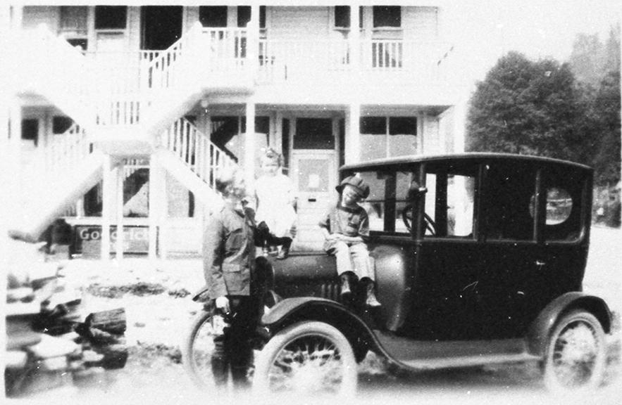 1920 Ford centerdoor sedan - Glendale
